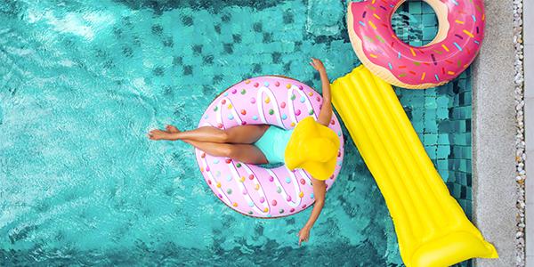 上から撮影した、プールに浮かぶ女性